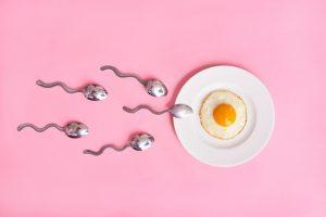 Tinh dịch màu trắng trong hoặc trắng sữa có số lượng tinh trùng khỏe mạnh rất ít