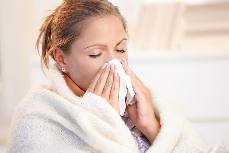 Có thể mẹ bầu bị cảm cúm khi nghẹt mũi đi kèm sốt và nhức đầu
