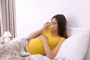 Mẹ bầu bị nghẹt mũi kéo dài và kèm các triệu chứng khác có thể ảnh hưởng đến thai nhi