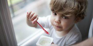 Dùng men tiêu hóa bằng cách hòa chế phẩm men tiêu hóa với sữa, sữa chua,... để ăn hoặc uống trực tiếp.