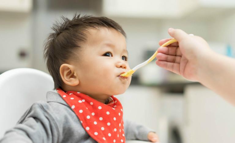 Dùng men vi sinh Bifina bằng cách hòa với nước nguội hoặc với sữa để uống.