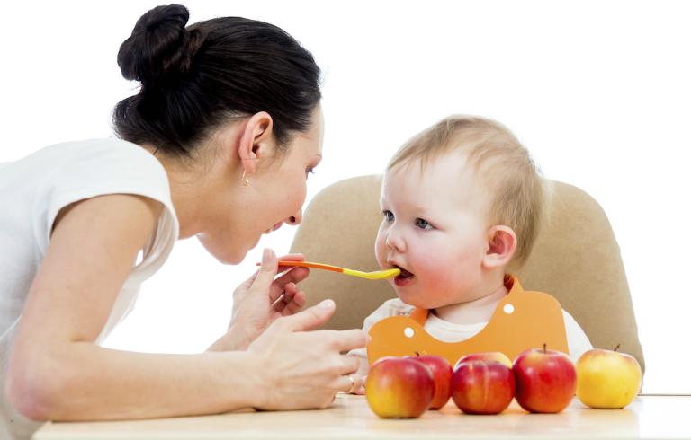 Dùng men vi sinh Golden Lab bằng cách hòa thuốc vào thức ăn, sữa chua,...