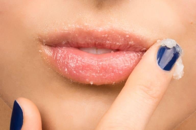 Mỹ phẩm có thể là nguyên nhân gây viêm môi dị ứng