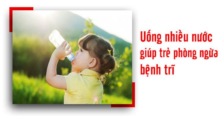 Cho trẻ uống nhiều nước giúp hỗ trợ điều trị bệnh trĩ và ngăn ngừa tái phát