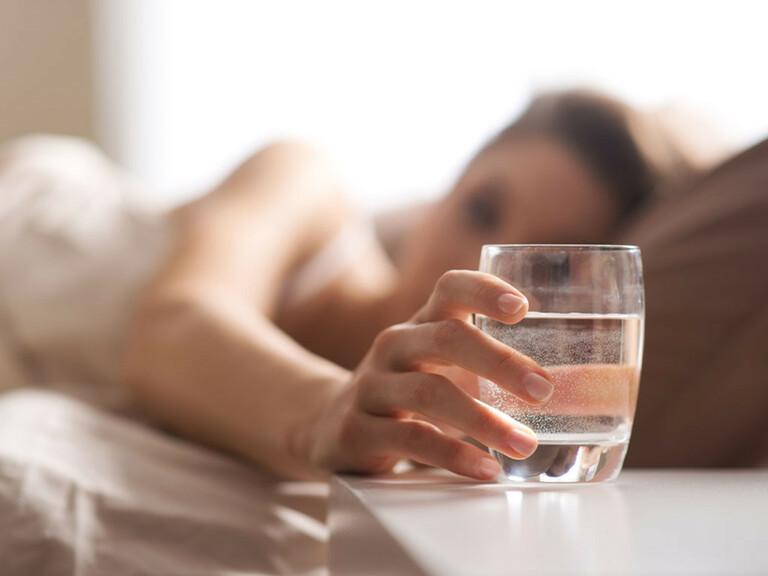 Uống nhiều nước và đi tiểu sau khi quan hệ để phòng chứng tiểu buốt ra máu