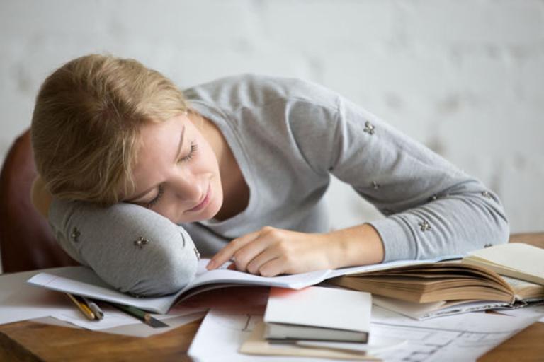 Cảng thẳng, stress kéo dài cũng là nguyên nhân dẫn đến tình trạng tóc rụng từng mảng