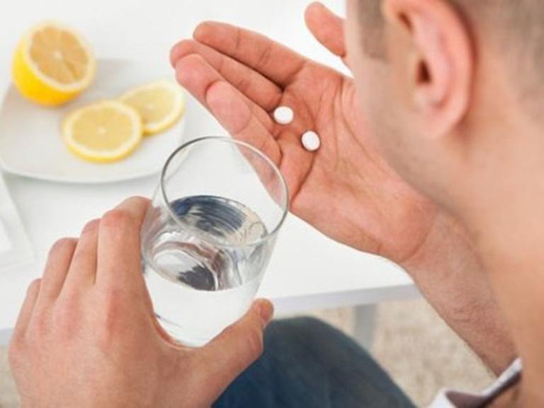 Sử dụng thuốc uống có tác dụng giảm triệu chứng sưng viêm, tụ m,áu tại các búi trĩ