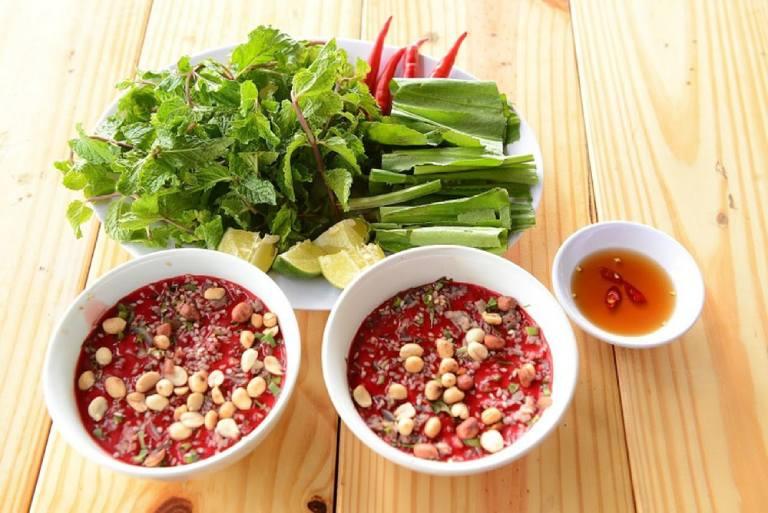 Tiết canh, rau sống là những thực phẩm mang mầm bệnh tạo điều kiện lây lan tiêu chảy cấp