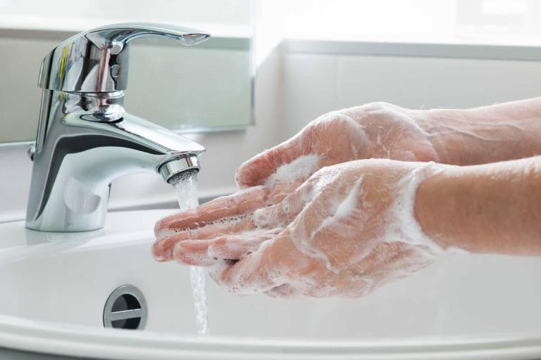 Rửa tay bằng xà phòng trước và sau khi ăn, sau khi đi vệ sinh