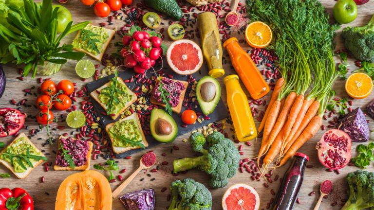 Bệnh nhân tiêu chảy cũng cần bổ sung vào khẩu phần ăn rau xanh, củ tươi, trái cây, thịt nạc,... để cải thiện tình trạng tiêu chảy.