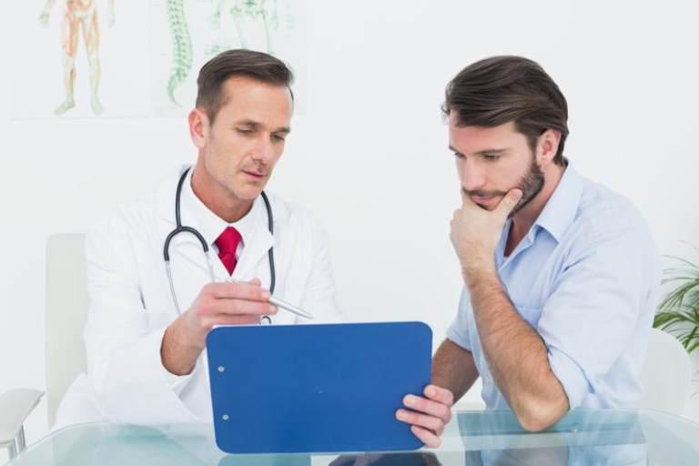 Khi bị tiêu chảy liên tục kèm theo nhiều dấu hiệu bất thường khác thì nên nhanh chóng thăm khám bác sĩ
