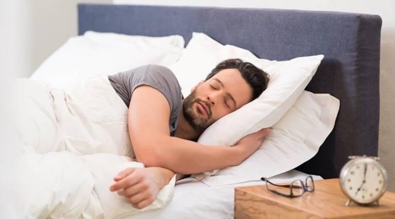 Ngủ sớm, ngủ đúng giấc sẽ giúp cải thiện tình trạng tình trùng vón cục