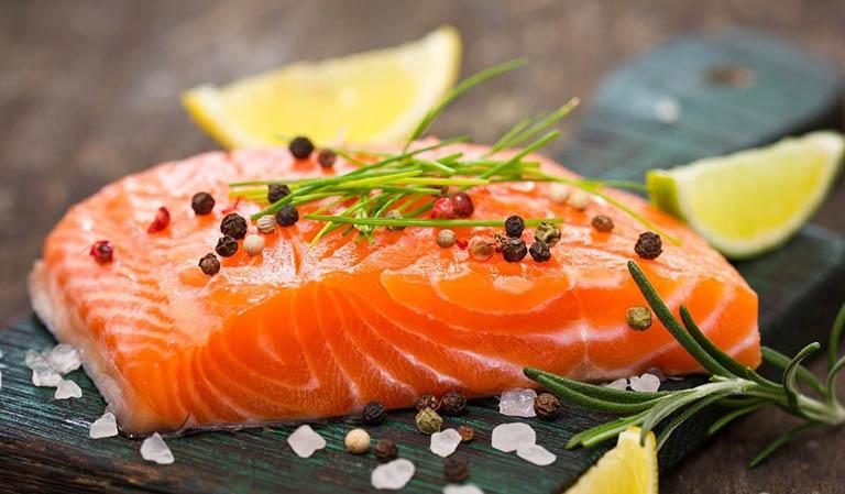 Cá hồi là thực phẩm giàu Omega-3 tốt cho quá trình sản xuất tinh binh