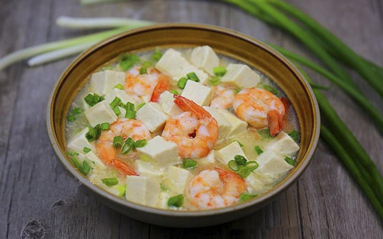 Tôm hầm đậu phụ là món ăn giúp tăng cường nội tiết tố nữ estrogen, tăng cường sinh lý nữ
