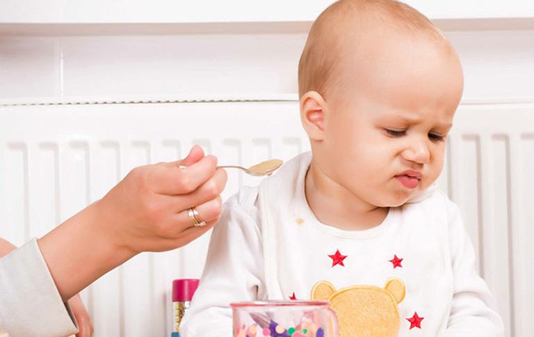 trẻ bị mảng trắng trong miệng là bệnh gì