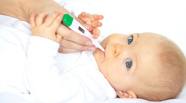 trẻ bị phát ban sau khi sốt