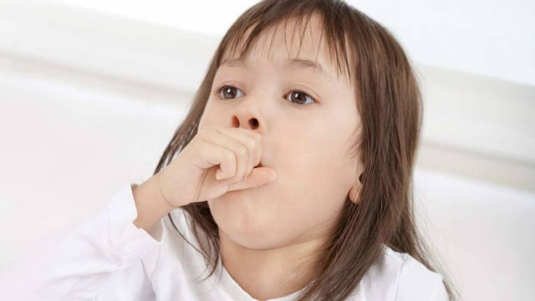 Ho nhiều cũng là một nguyên nhân gây ra tình trạng són tiểu ở trẻ.