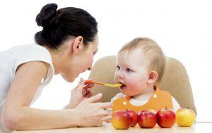Khi trẻ bị tiêu chảy, nên cho trẻ ăn những loại thực phẩm như táo, chuối, cơm trắng, bánh mình,... để trẻ mau chóng khỏi bệnh.