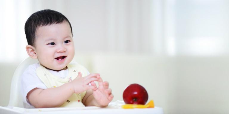 Khi trẻ bị tiêu chảy, nên cho trẻ ăn táo và những loại trái cây khác.