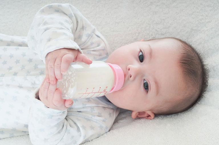 trẻ em bị tiêu chảy có nên uống sữa