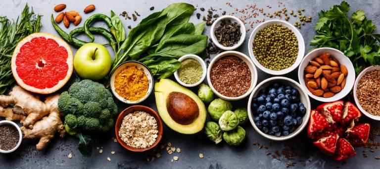Rau xanh, trái cây tươi là những thực phẩm rất tốt cho trẻ bị viêm amidan