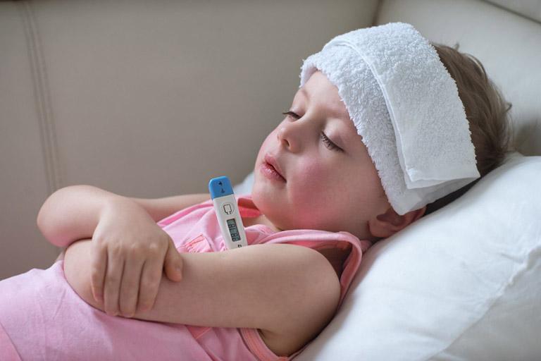 trẻ bị viêm amidan sốt cao