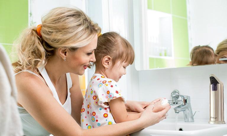 Cần hướng dẫn trẻ trong việc giữ gìn vệ sinh cá nhân để phòng tránh nhiễm giun đường ruột.