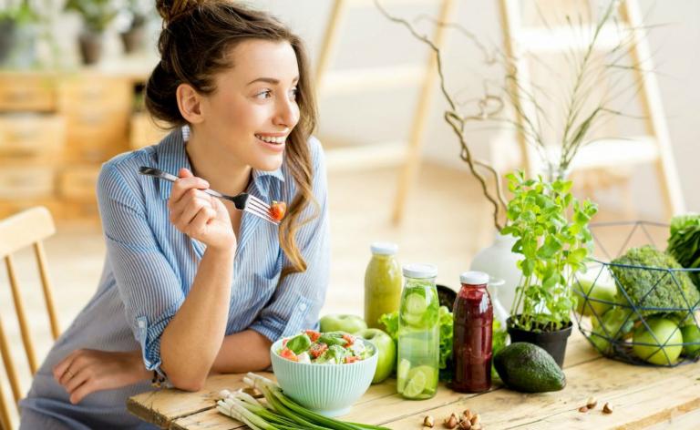 Người bệnh viêm amidan cần ăn nhiều rau xanh, trái cây, giữ tinh thần lạc quan. Không nên ăn thức ăn cay nóng, chiên xào,...