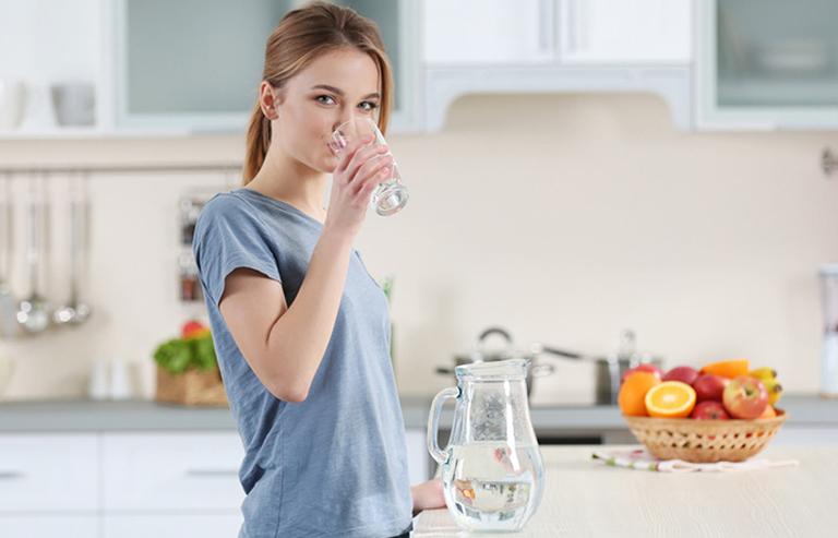 Bổ sung đủ nước cho cơ thể giúp điều trị rối loạn tiêu hóa rất tốt