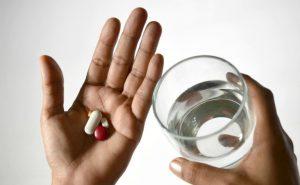 Khi bị tinh trùng yếu, nam giới có thể dùng một số loại thuốc giúp cải thiệt sức khỏe tinh trùng, giúp thụ thai dễ dàng hơn.