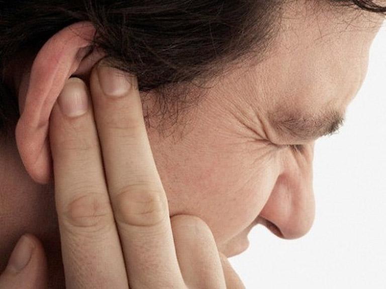 vành tai bị ngứa và chảy nước vàng