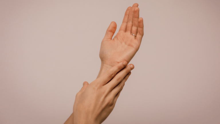 Người bệnh vảy nến cần dùng kem dưỡng ẩm, để làm mềm da, tránh bị khô da.