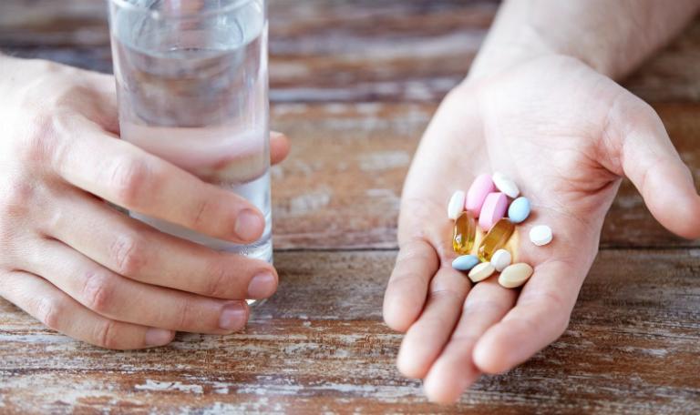 Bệnh nhân vảy nến điều trị bằng cách dùng một số loại thuốc như thuốc kháng viêm, thuốc chống dị ứng, viên uống vitamin,...
