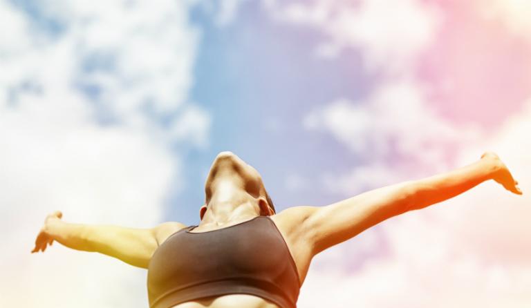 Người bệnh vảy nến cần lạc quan, tránh stress, ăn nhiều rau xanh, uống nhiều nước, tránh làm tổn thương da,...