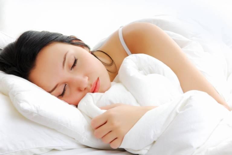 Kê gối cao hơn một chút sẽ giúp người bị viêm amidan dễ thở hơn