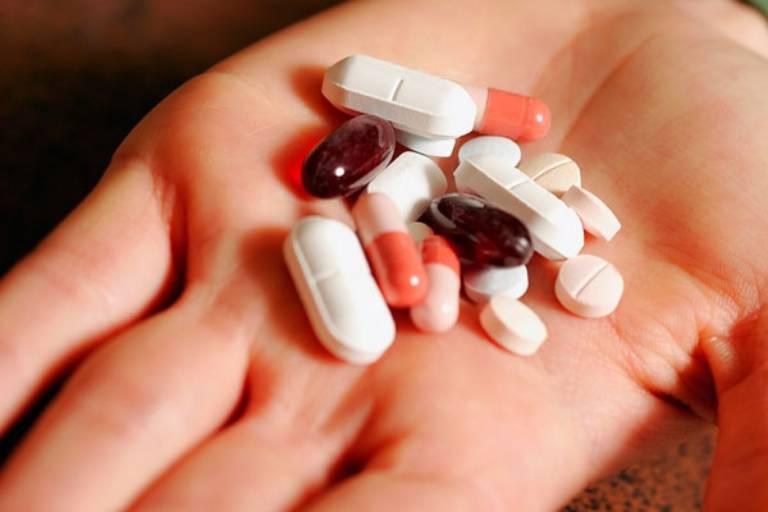 Sử dụng thuốc theo chỉ định của bác sĩ sẽ giúp giảm sưng amidan từ đó cải thiện tình trạng khó thở
