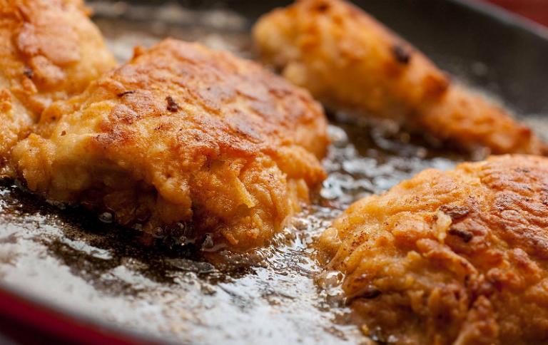 Người bệnh viêm amidan hốc mủ cần kiêng các loại thức ăn chiên, nướng, nhiều chất béo, dầu mỡ,...