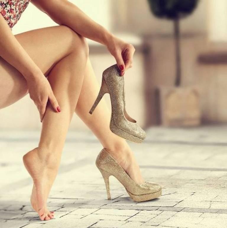 Mang giày cao gót dễ gây viêm bao gân