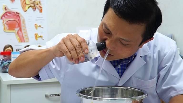 Cách rửa đúng cách mũi cho người viêm mũi xoang xuất tiết