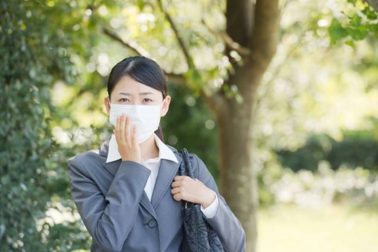 Đeo khẩu trang y tế chất lượng khi ra đường sẽ giúp bạn phòng ngừa các bệnh về đường hô hấp hiệu quả