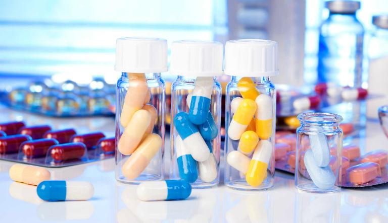 Viêm tai giữa có thể điều trị bằng cách dùng thuốc giảm đau, thuốc kháng sinh, thuốc chống viêm,...