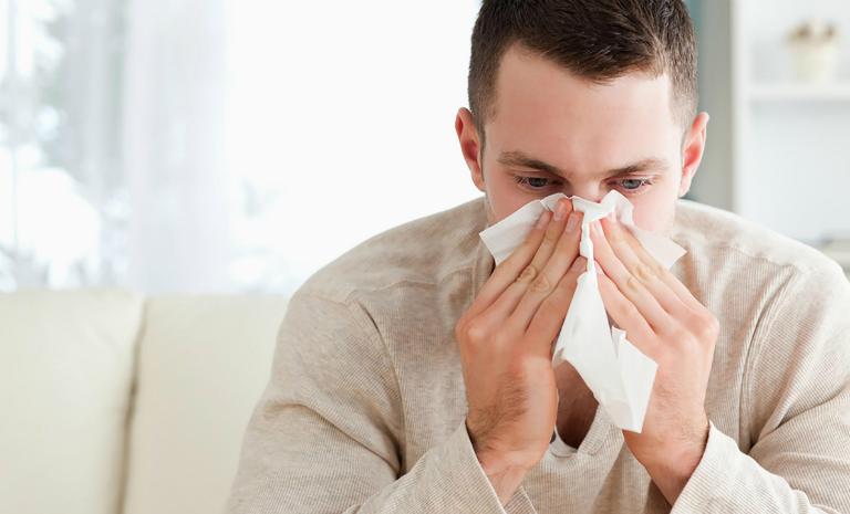 Một trong những nguyên nhân gây ra viêm tai giữa là do virus cảm cúm tấn công lên tai giữa gây bệnh.