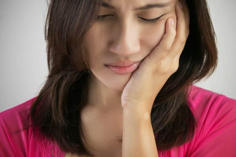 Sưng đau vùng mang tai, đau hơn khi nói hoặc nuốt là triệu chứng thường gặp của bệnh