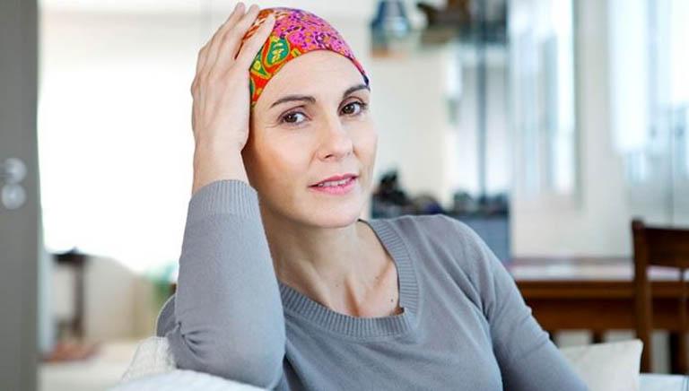 rụng tóc do xạ trị phải làm sao