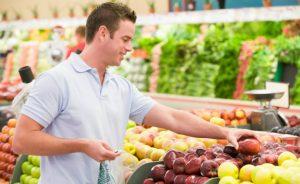 Nam giới nên ăn nhiều trái cây, hải sản, thịt đỏ,... để tinh trùng khỏe mạnh hơn.