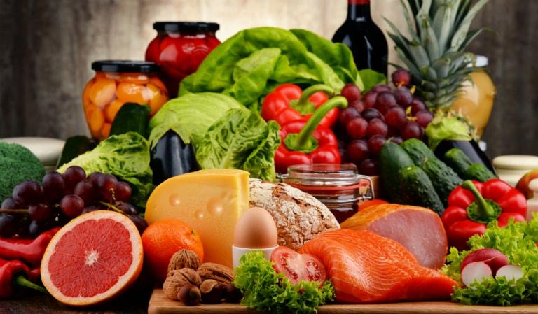 Thịt bò, thịt gà, cà chua, ớt chuông, chuối, hàu, tôm, cua, bông cải xanh, giá đỗ,... là các loại thực phẩm kích thích sản xuất hormone testosterone.