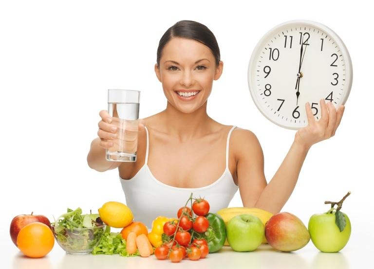 Ăn nhiều thực phẩm giàu chất xơ và uống nhiều nước luôn được khuyến khích với người sau phẫu thuật cắt trĩ