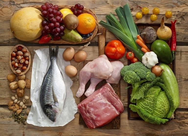 Xây dựng chế độ dinh dưỡng hợp lý, chia bữa ăn thành nhiều bữa nhỏ giúp bé hấp thu dưỡng chất tốt hơn