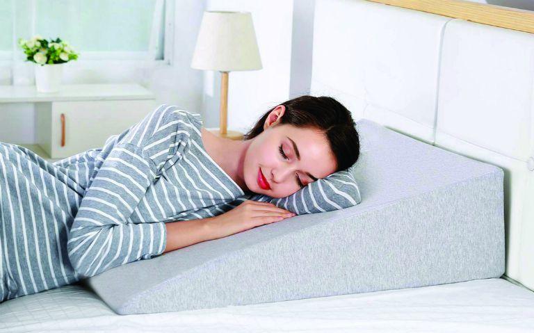 Bệnh trào ngược dạ dày thực quản có thể khắc phục, điều trị tại nhà bằng cách nằm gối cao hơn, tránh nằm ngay sau khi ăn,...