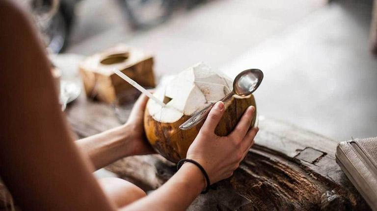 Bệnh trĩ nên uống nước dừa